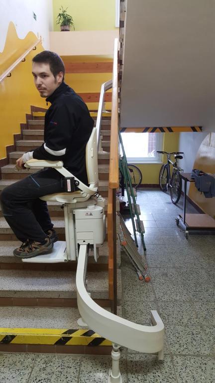 Stoličkový výťah pre zdravotne postihnutých žiakov