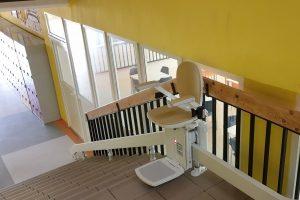 Stoličkový výťah v Základnej škole v Dobšinej je namontovaný a očakáva v novom školskom roku deti, ktorým uľahčí prístup k vzdelaniu.